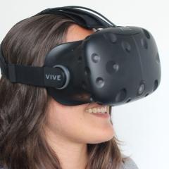 Frau mit VR-Brille HTC Vive