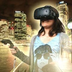 Frau mit VR-Brille vor nächtlicher Skyline