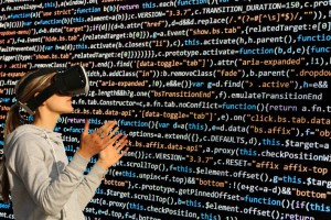 Frau mit VR-Brille mit HTML-Code im Hintergrund